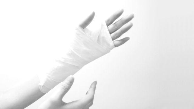 包帯を巻いた手 怪我 骨折 火傷
