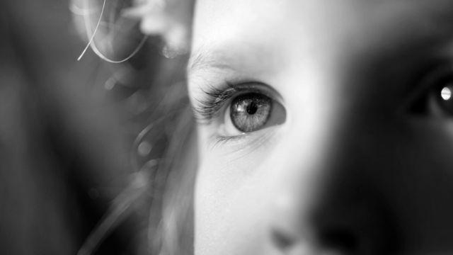 女性 顔 目