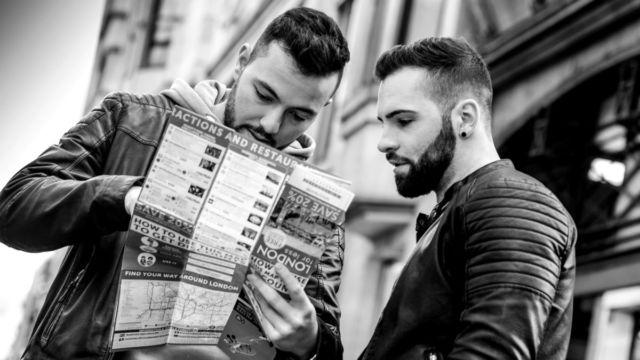 マップを見る男性二人 地図 迷子