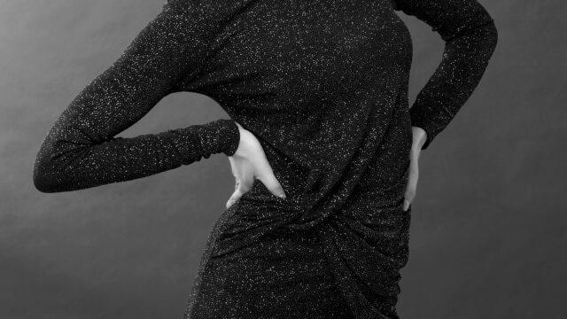 腰を押さえる女性 腰痛