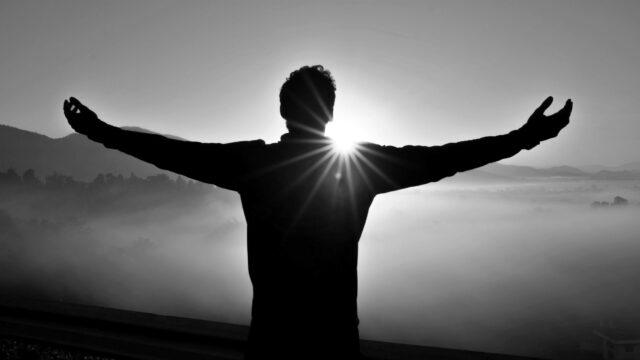夕日を見る男性 感謝 希望 太陽